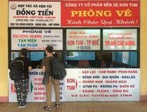 Billets d'autobus d'achat de personnes au Vietnam photo stock