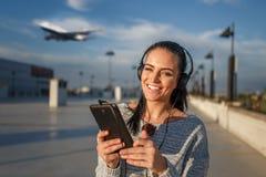 Billets d'avion de achat de jeune femme heureuse par le comprimé Photos libres de droits