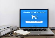 Billets d'avion de achat en ligne sur l'ordinateur portable photographie stock libre de droits