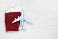 Billets d'avion, passeports et avion de jouet photographie stock