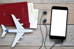 Billets d'avion, passeports, smartphone avec des écouteurs, et avion de jouet images libres de droits