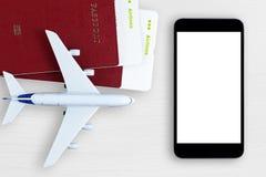 Billets d'avion, passeports, smartphone, et avion de jouet images libres de droits