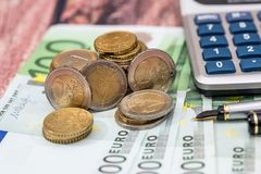 100 billets d'euros avec le stylo d'encre, pièce Photographie stock