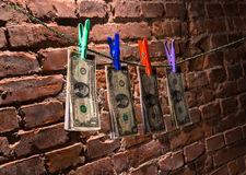 Billets d'un dollar accrochant sur une corde Image stock