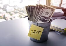 Billets d'un dollar d'argent dans le seau pour enregistrer l'argent Photos stock