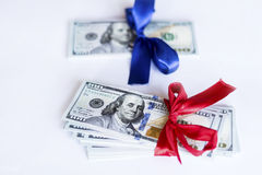 100 billets d'un dollar avec le ruban rouge et bleu sur un fond blanc Images stock