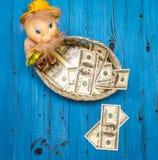 Billets d'un dollar dans un panier en osier Photos libres de droits