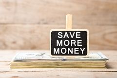 Billets d'un dollar, tableau noir avec le texte et x22 ; SAUVEZ PLUS DE MONEY& x22 ; Images libres de droits