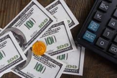Billets de banque, calculatrice de pièces de monnaie sur la table en bois Images libres de droits