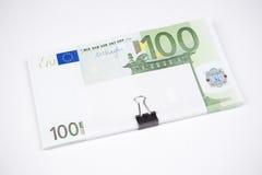 Billets de banque cent euros sur un fond blanc Photos libres de droits