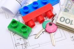 Billets de banque, clés, blocs constitutifs et diagrammes électriques sur le dessin de la maison Photo libre de droits