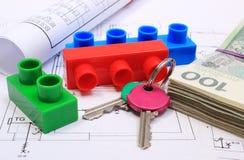 Billets de banque, clés, blocs constitutifs et diagrammes électriques sur le dessin de la maison Photo stock