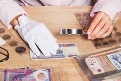 Billets de banque collectables dans la main du ` s de femme Photos stock
