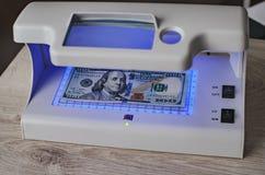 Billets de banque de détecteur et dollar US d'argent photos libres de droits