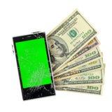 Billets de banque d'argent avec Smartphone cassé d'isolement sur le blanc Images stock