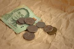 Billets de banque de baht de la Thaïlande avec des pièces de monnaie de baht de la Thaïlande Photos stock