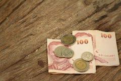 Billets de banque de baht de la Thaïlande avec des pièces de monnaie de baht de la Thaïlande Photo libre de droits