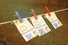Billets de banque de Bitcoin avec des pinces à linge Photographie stock libre de droits