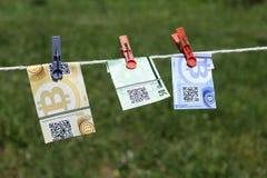Billets de banque de Bitcoin avec des pinces à linge Photos stock