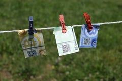 Billets de banque de Bitcoin avec des pinces à linge Image libre de droits
