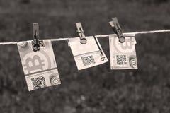 Billets de banque de Bitcoin avec des pinces à linge Photos libres de droits
