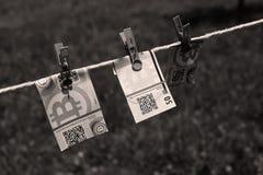 Billets de banque de Bitcoin avec des pinces à linge Photographie stock