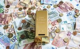 Billets de banque de concept d'argent d'argent liquide de l'épargne euro toutes les pièces de monnaie de tailles et de cent sur d Photo libre de droits
