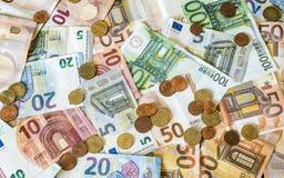 Billets de banque de concept d'argent d'argent liquide de l'épargne euro toutes les pièces de monnaie de tailles et de cent sur l Images libres de droits