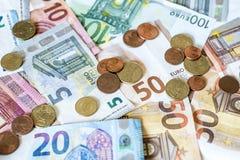 Billets de banque de concept d'argent d'argent liquide de l'épargne euro toutes les pièces de monnaie de tailles et de cent sur l Photos libres de droits