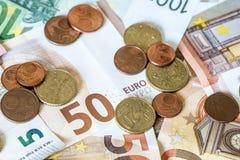 Billets de banque de concept d'argent d'argent liquide de l'épargne euro toutes les pièces de monnaie de tailles et de cent sur l Photo stock