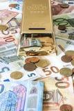 Billets de banque de concept d'argent d'argent liquide de l'épargne euro toutes les pièces de monnaie de tailles et de cent sur d Image libre de droits
