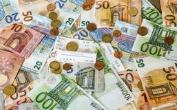 Billets de banque de concept d'argent d'argent liquide de l'épargne euro toutes les pièces de tailles et de cent sur des économie Photos stock