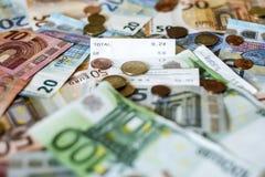 Billets de banque de concept d'argent d'argent liquide de l'épargne euro toutes les pièces de tailles et de cent sur des économie Images stock