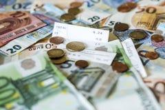 Billets de banque de concept d'argent d'argent liquide de l'épargne euro toutes les pièces de tailles et de cent sur des économie Photos libres de droits
