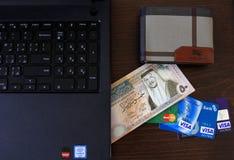 Billets de banque de dinar jordanien avec des cartes de crédit images libres de droits