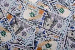 Billets de banque de dollar US écartés autour Image stock