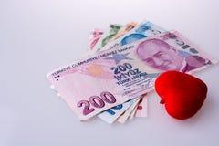 Billets de banque de Lire turque par le côté d'une couleur rouge o en forme de coeur Photographie stock libre de droits