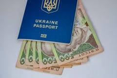 Billets de banque des dollars US et de hryvnia ukrainien image libre de droits