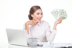 billets de banque des USA de prise de femme d'affaires à disposition Photos stock