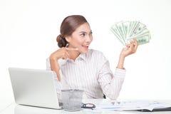billets de banque des USA de prise de femme d'affaires à disposition Photos libres de droits