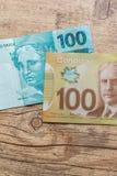 Billets de banque de devise canadienne : Dollar et devise br?silienne : Vrai Bils sur la table rustique en bois Dollar et devise  image libre de droits