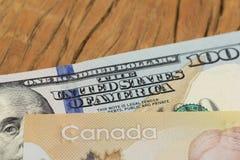 Billets de banque de devise canadienne : Dollar et devise nord-américaine : Dollars US Fermez-vous des factures d'argent liquide  images libres de droits