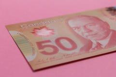 Billets de banque de devise canadienne : Dollar Factures sur la table lumineuse colorée photos libres de droits