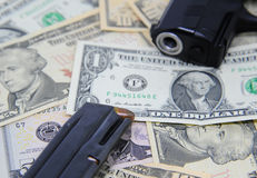 Billets de banque du dollar avec l'arme à feu et la magazine Image stock