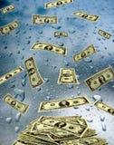 Billets de banque du dollar se trouvant sur le verre humide Photos stock