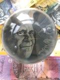 Billets de banque et boule de cristal australiens