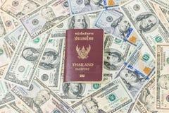 Billets de banque et passeport thaïlandais Photo libre de droits