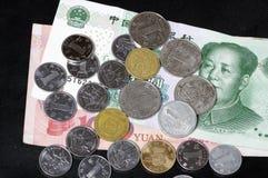 Billets de banque et pièces de monnaie chinois Photographie stock