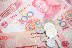 Billets de banque et pièces de monnaie chinois de renminbi de yuans Photo stock