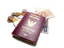 Billets de banque et pièces de monnaie d'isolement de passeport Image stock
